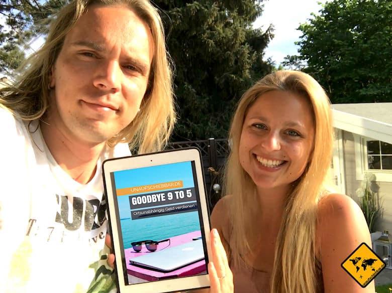 """Jenny und Christian mit dem E-Book """"Goodbye 9 to 5- ortsunabhängig Geld verdienen"""""""