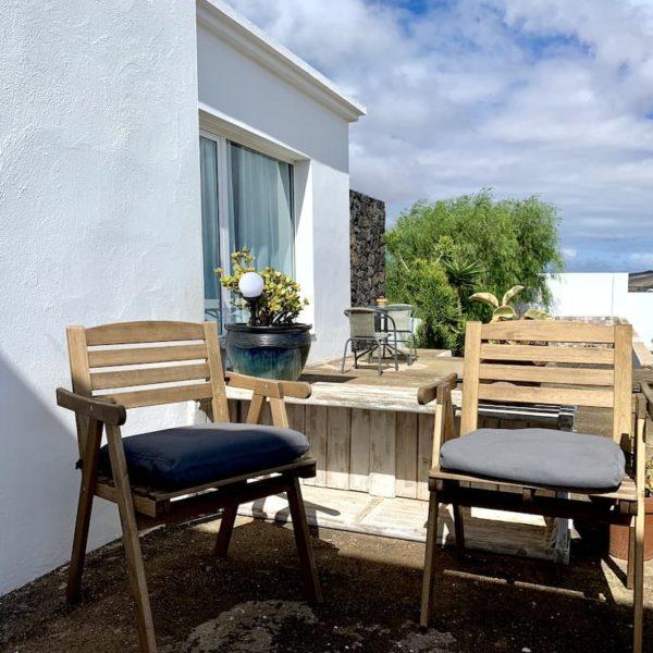 AirBnB Lanzarote Gartenstühle Terrasse