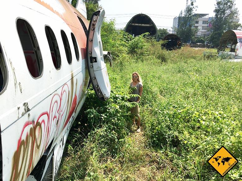 Airplane Graveyard Bangkok hohes Gras