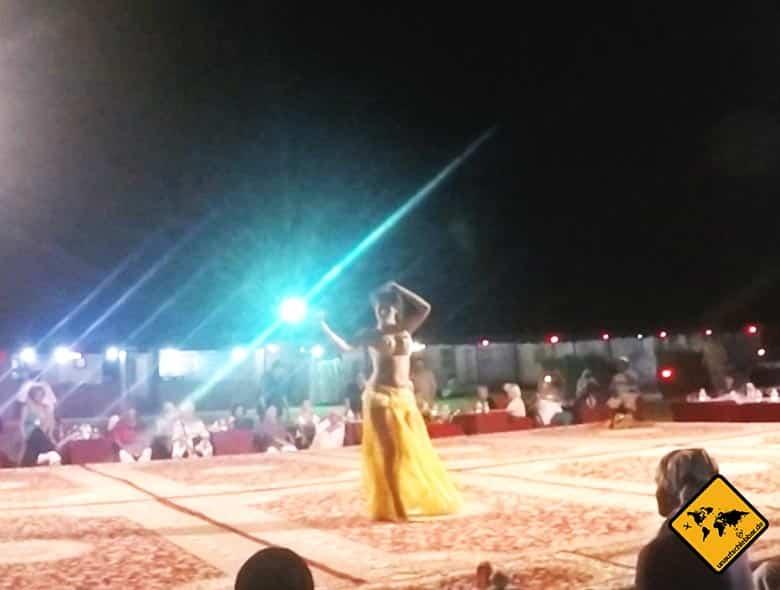 Arabischer Bauchtanz während des Barbecue im Wüstencamp Dubai