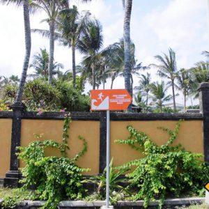 Auch Tsunami Fluchtrouten Schilder werden dir auf deiner Bali Rundreise begegnen