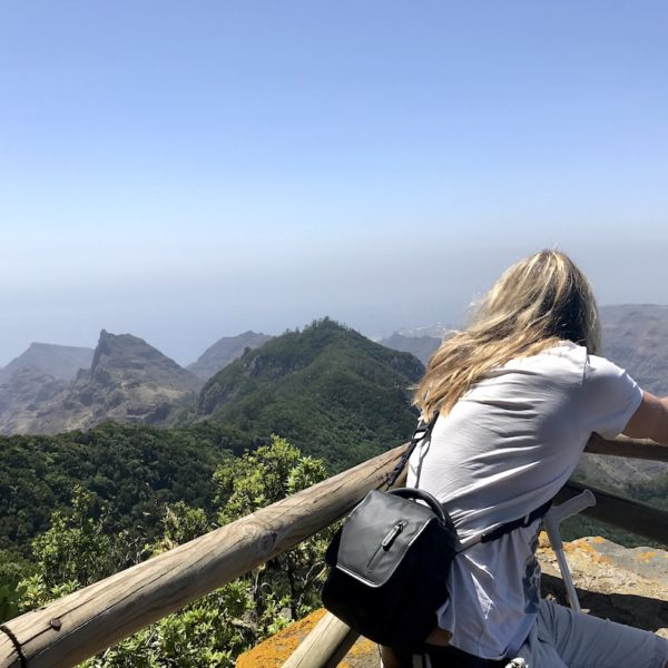 """Christian genießt die Aussicht am """"Mirador del Inglés"""" auf das Anaga Gebirge Teneriffa"""