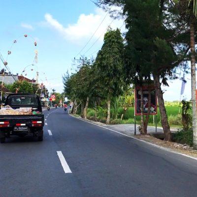 Viele Transporter auf Bali haben ihre Ladung ungesichert auf der Ladefläche liegen