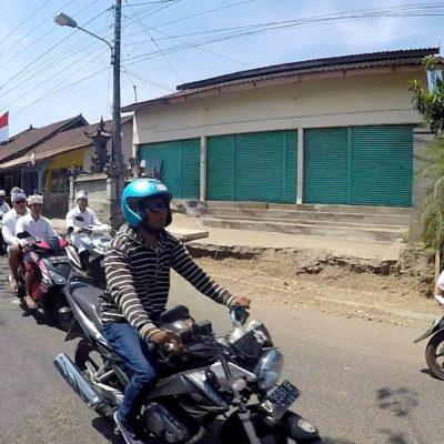Auf Bali sind die Roller auf den Straßen in der Mehrzahl. Daher solltest du beim Auto fahren auf Bali stets wachsam sein, um keinen Roller zu übersehen.