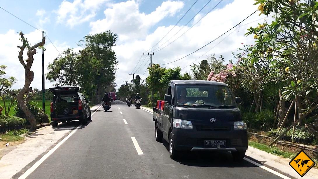 Mietwagen Bali: Die Hauptstraßen sind eigentlich immer so breit, dass zwei Autos problemlos aneinander vorbei passen