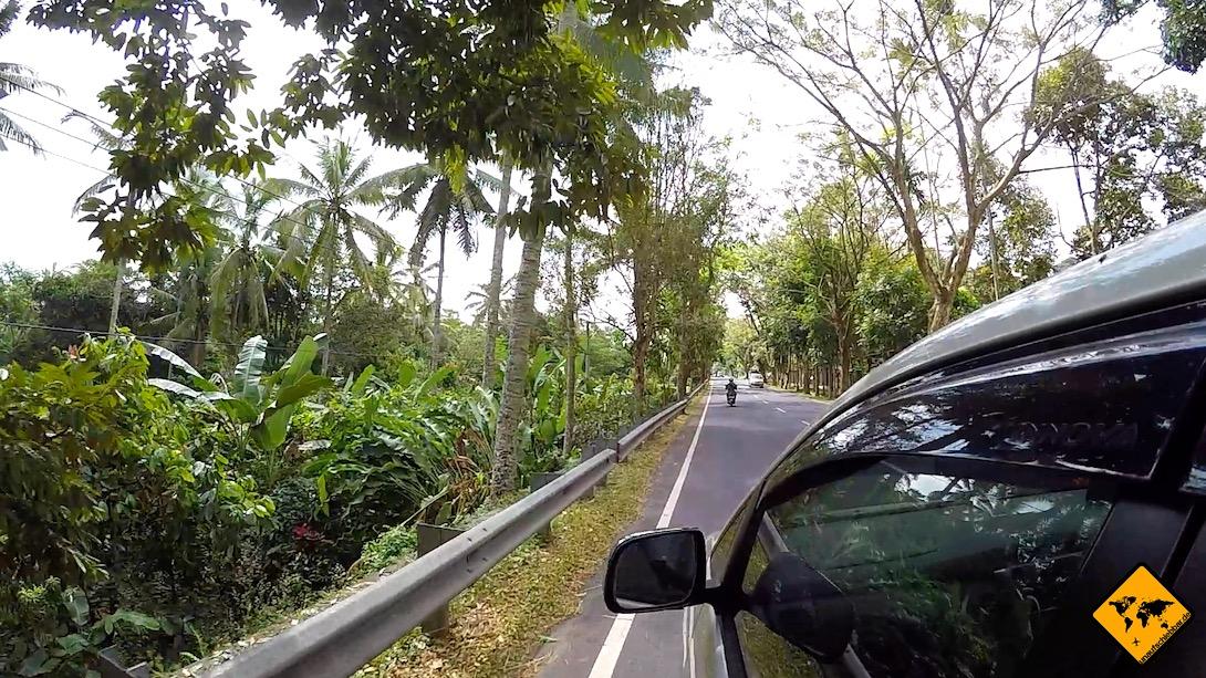 Mietwagen Bali: Auf den Straßen herrscht Linksverkehr, was für viele Touristen eine große Umgewöhnung und Herausforderung ist
