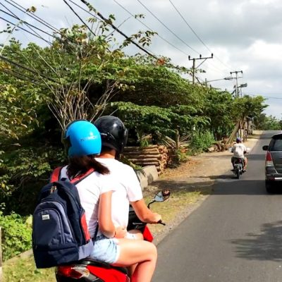 Auto mieten auf Bali: Die Straßen sind oftmals nicht allzu breit, sodass Überholmanöver schnell zu brenzligen Situationen führen können