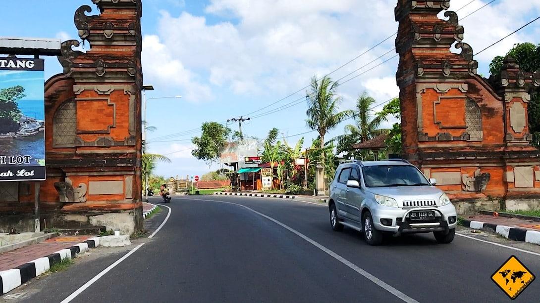 Das Auto mieten auf Bali kommt vergleichsweise wenig vor, da die meisten Urlauber mit dem Roller fahren. Doch auch mit einem Mietwagen kannst du Bali gut erkunden.
