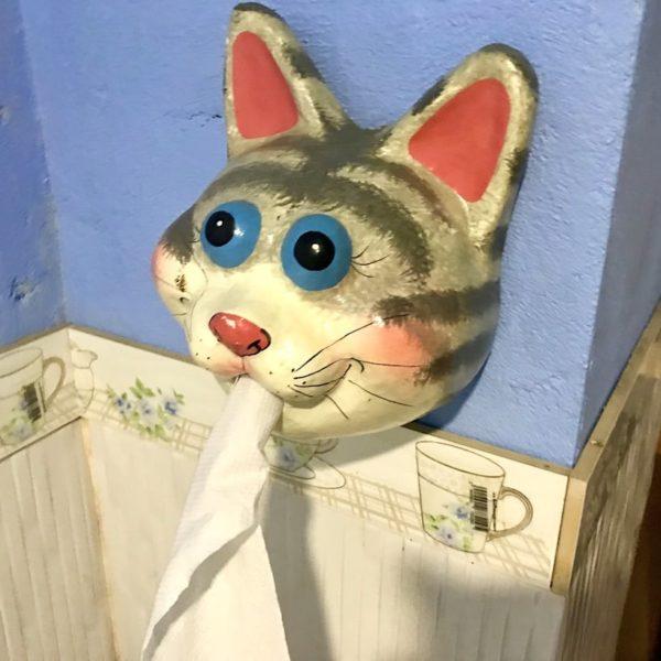 B Cat Café Phuket Town Toilettenpapier Spender