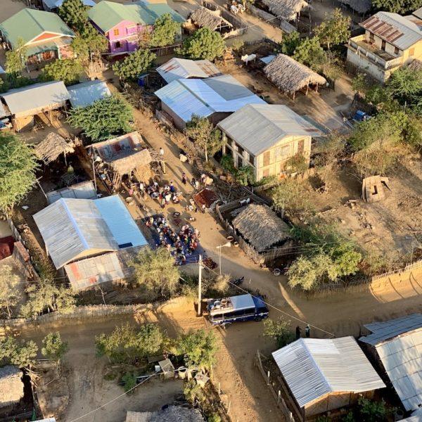 Bagan Ballonfahrt Dorf Menschen