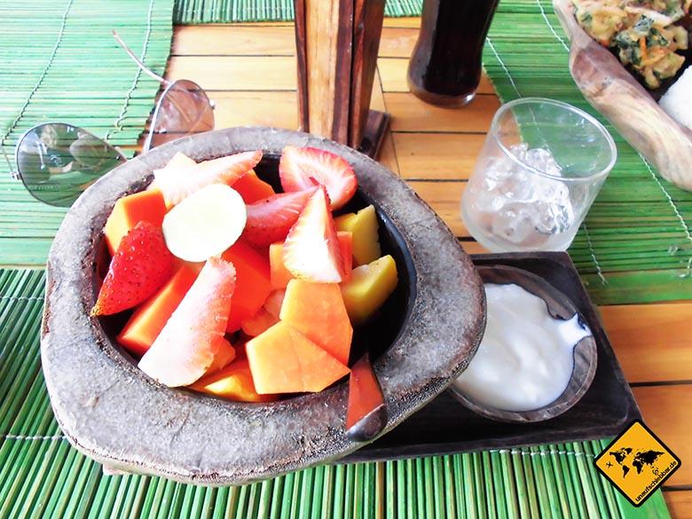Bali Essen - balinesische Küche - Früchteteller Erdbeeren Melone