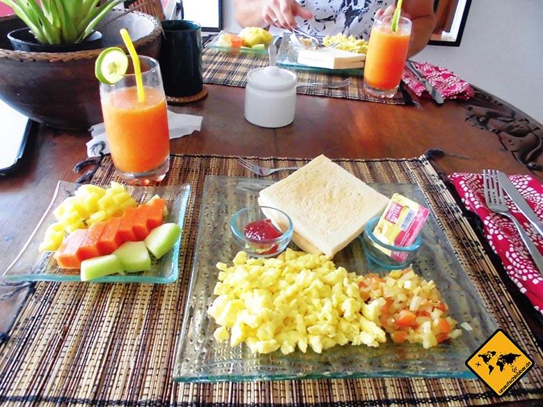 Bali Essen - balinesische Küche - Frühstück Rührei Obst Saft