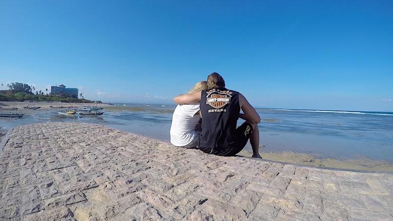 Bali Hochzeitsreise am Meer sitzen