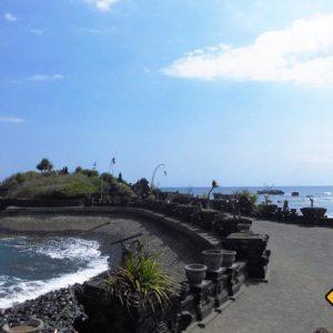 Bali Rundreise für Ruhesuchende bei einem Tempel nahe Tanah Lot