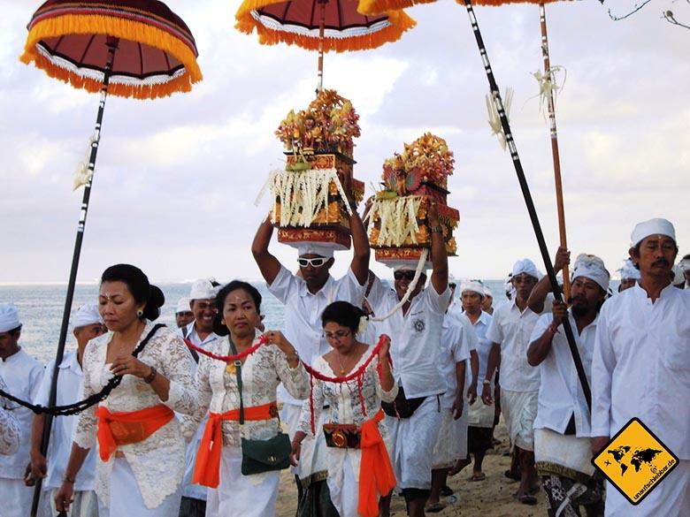 Bali Sehenswürdigkeiten top 10 Sanur balinesisches Fest weiße Gewänder