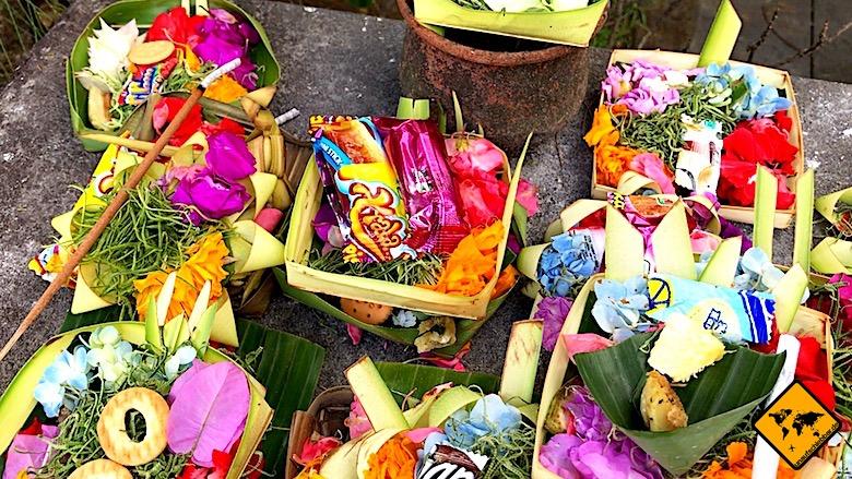 Bali Tempel Opfergabe