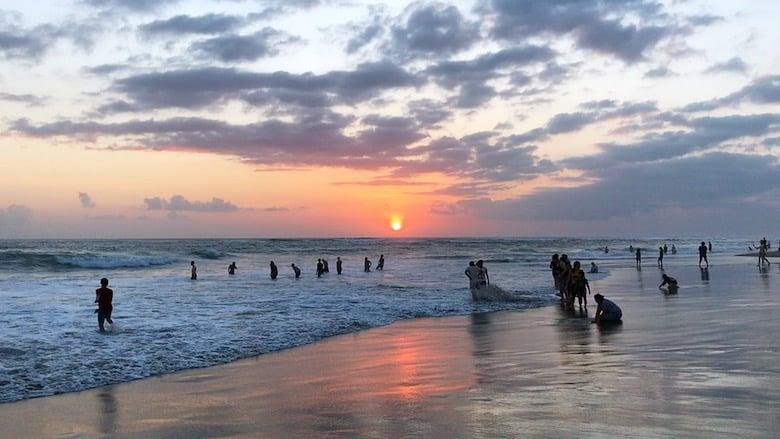 Bali in der Regenzeit Küste