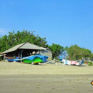Balinesische Seeleute wohnen oftmals in kleinen Hütten am Strand