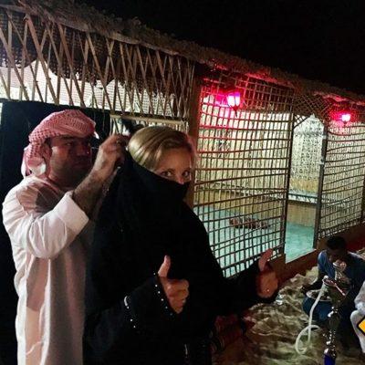 Binden des Niqab in der Wüste von Dubai