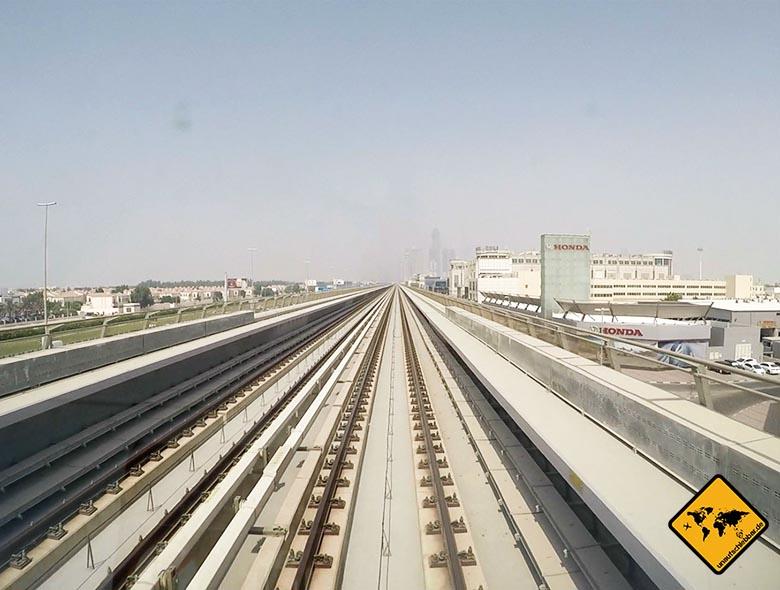 Blick aus der Dubai Metro