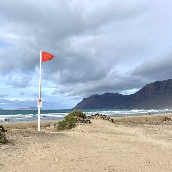 Caleta de Famara Lanzarote Strand rote Flagge