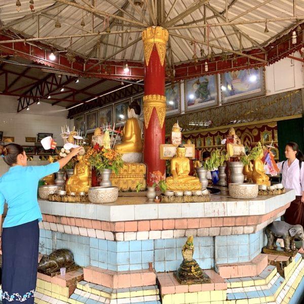 Chauk Htat Kyi Pagode Wasser-Ritual Yangon