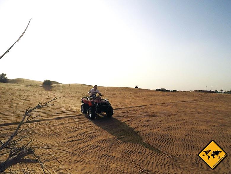 Christian in voller Fahrt auf dem Quad in der Dubai Wüste