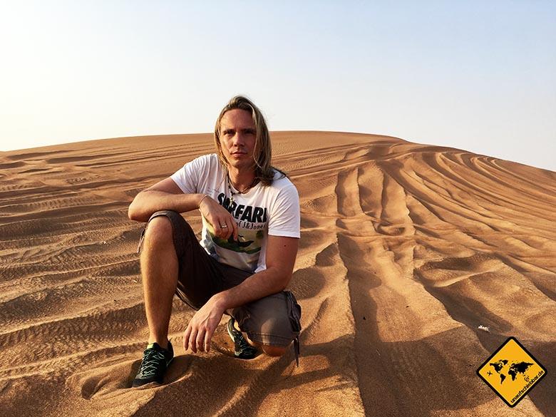 Christian neben den Reifenspuren des Jeeps während unserer Wüstensafari Dubai
