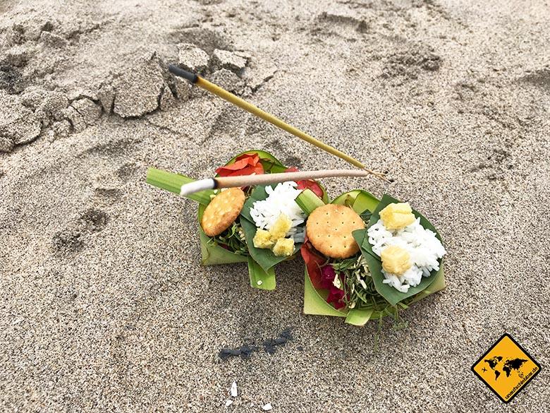Crystal Bay Beach Nusa Penida Opfergaben