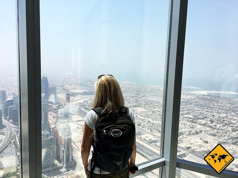 Die Burj Khalifa Aussichtsplattform bietet im Innenbereich Aussicht aufs Meer