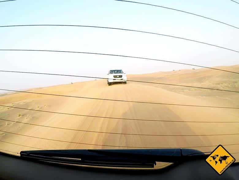 Die Jeeps fahren auf der Wüstensafari Dubai hintereinander her