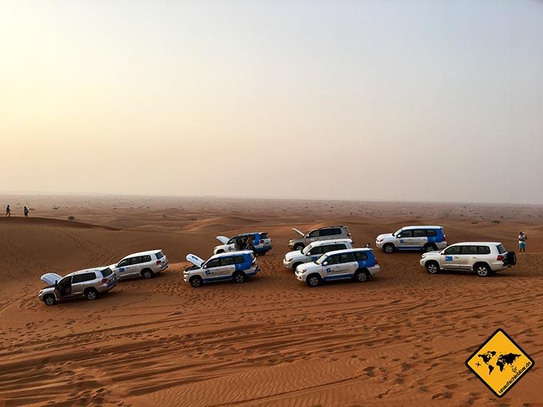 Die Jeeps nutzen Pausen während der Dubai Wüstensafari für eine Abkühlung