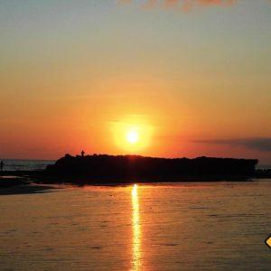 Die Sonne geht jeden Abend um etwa sechs Uhr unter