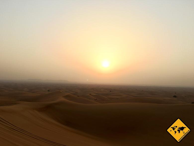 Die unbeschreiblich schönen Farben des Sonnenuntergangs in der Wüste Dubai