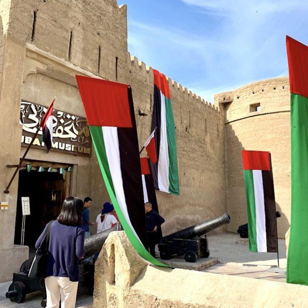 Dubai Museum Eingang Fahnen