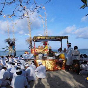 Einheimische Balinesen bei einer Zeremonie am Strand von Sanur