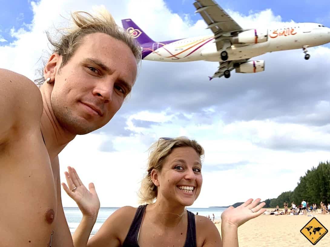 Eintreffendes Flugzeug Phuket Nai Yang. Beach