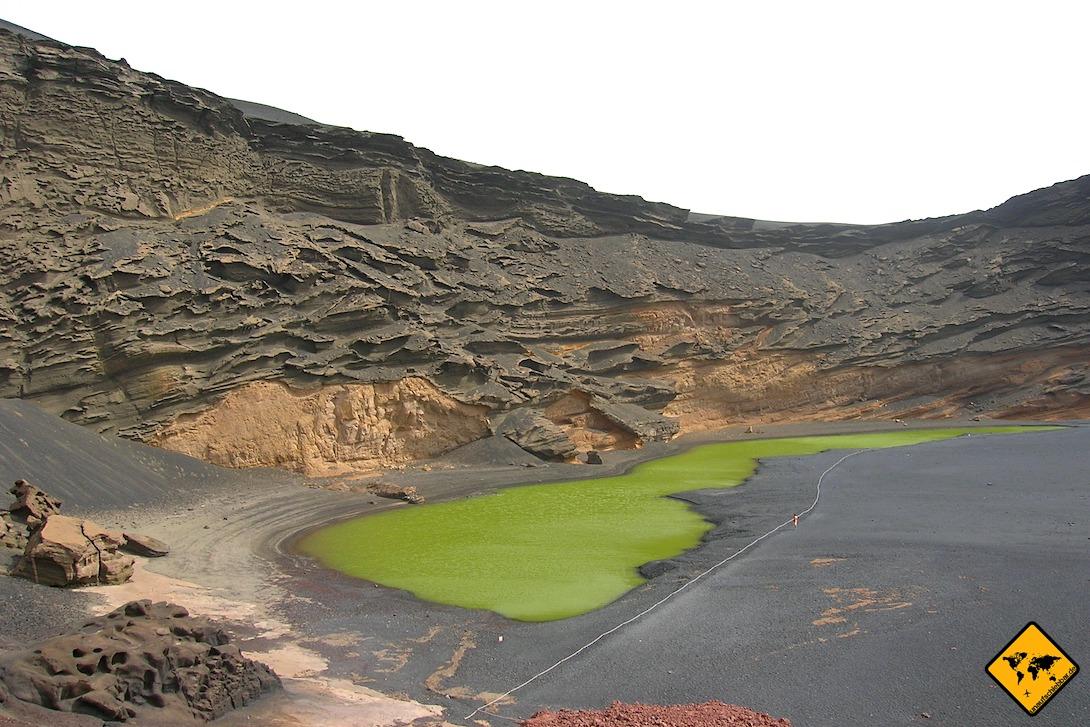 Bei bewölktem Himmel wirkt der El Lago Verde im Timanfaya Nationalpark Lanzarote oftmals noch grüner