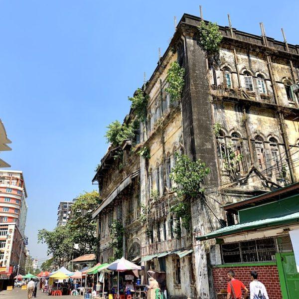Fassade altes Kolonialhaus Yangon Myanmar