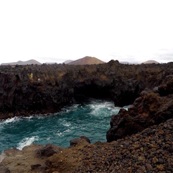Die Felsküste von Los Hervideros bei niedrigem Wellengang