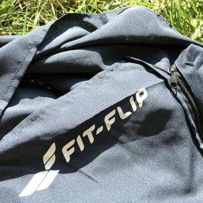 Auf diesem Bild siehst du den Fit Flip Mikrofaser Schlafsack mit Reißverschluss inklusive dem offenen Kissenfach