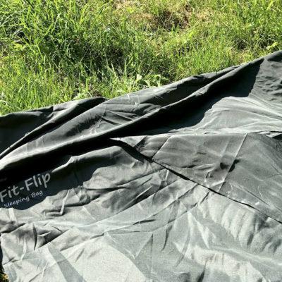 Der Fit Flip Mikrofaser Schlafsack ist aufgrund des Materials anfällig für Falten und Knitterstellen
