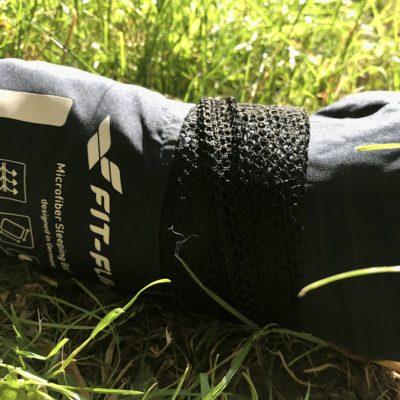 Den Fit Flip Reiseschlafsack kannst du einfach aus der Schutztasche herausziehen