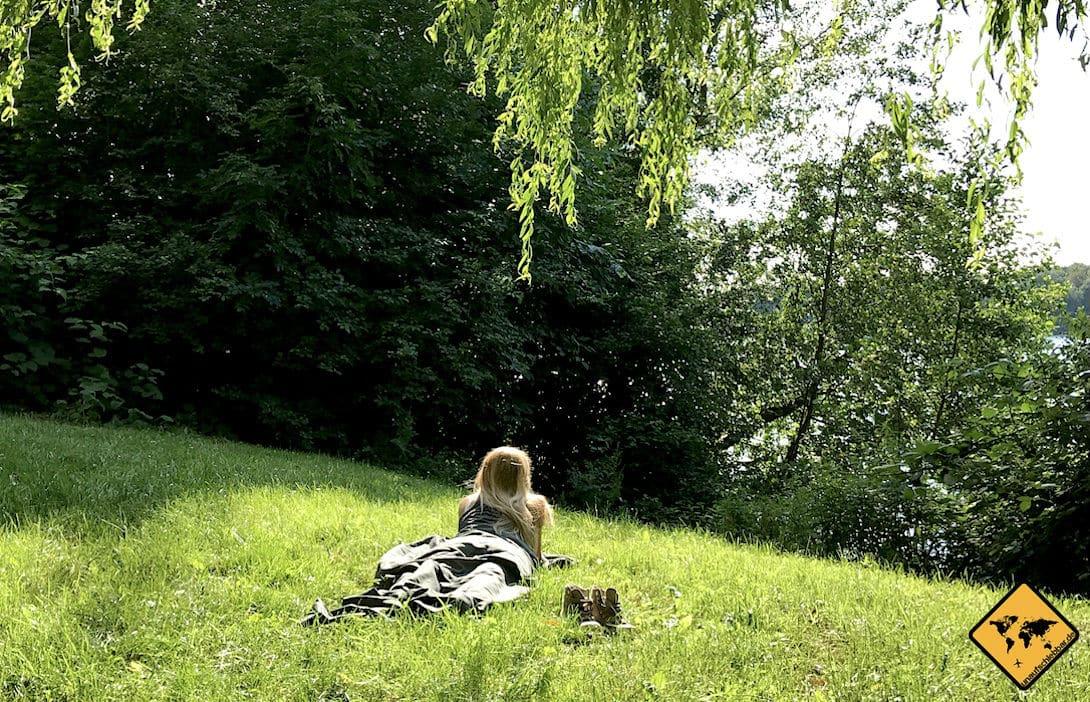 Mit dem Fit Flip Hüttenschlafsack unterwegs: Der kleine Mikrofaser Schlafsack eignet sich auch ideal als Sommerschlafsack für laue Sommernächte am See