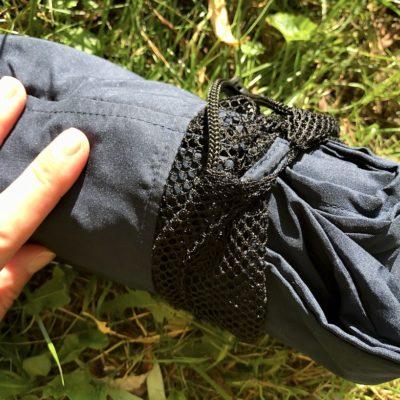 Um den Fit Flip Reiseschlafsack auszupacken, ziehst du einfach die Schutztasche ab