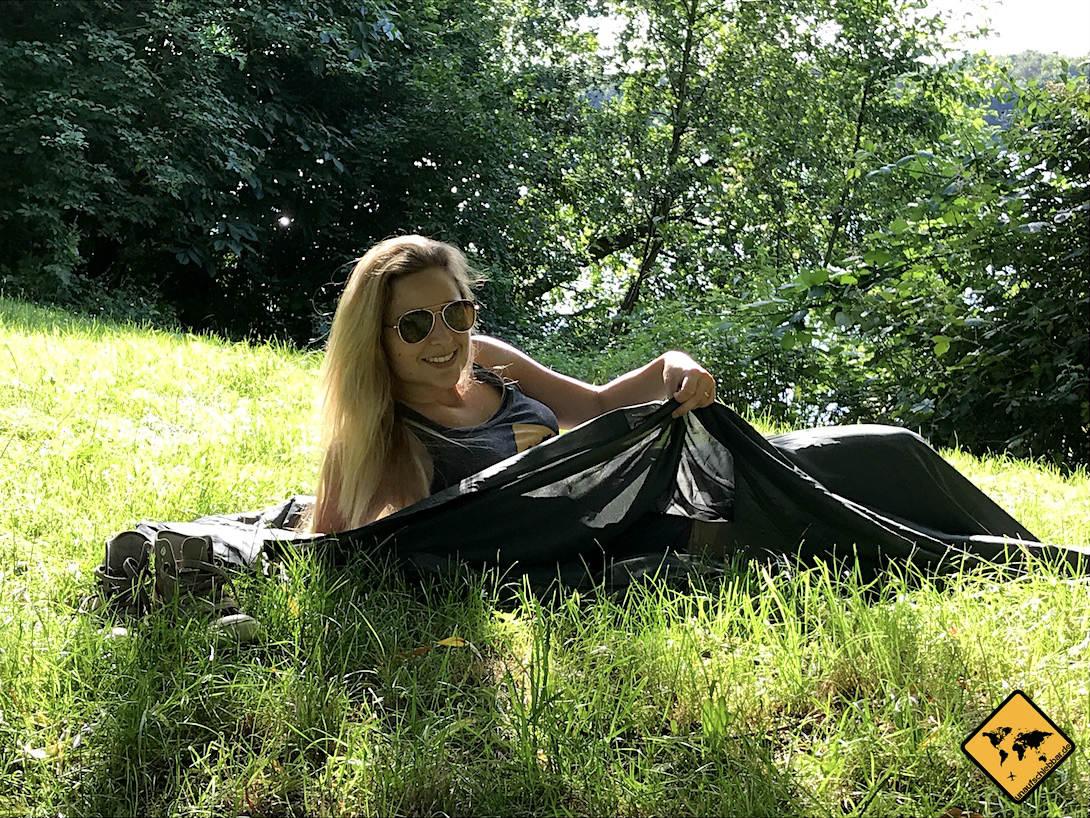 Der Fit Flip Hüttenschlafsack ist klein, kompakt und durch sein leichtes Mikrofaser-Material sehr atmungsaktiv. Daher kannst du ihn nicht nur auf Reisen, sondern auch als Sommerschlafsack beim Campen sehr gut nutzen.