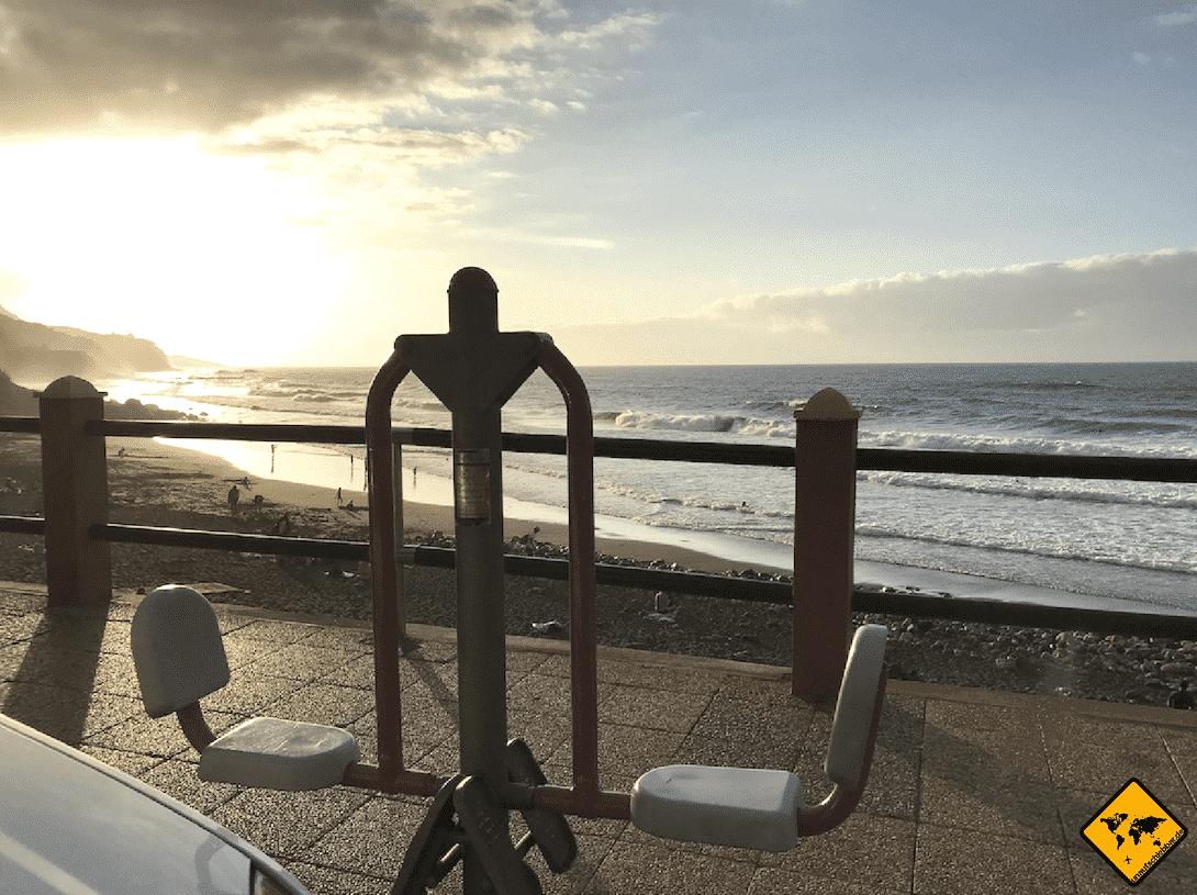 Am Playa del Socorro stehen einige Fitnessgeräte, die du kostenfrei nutzen kannst
