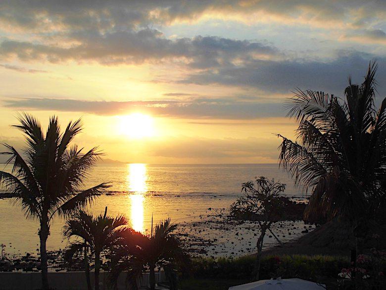 Flitterwochen auf Bali Sonnenuntergang Balkon
