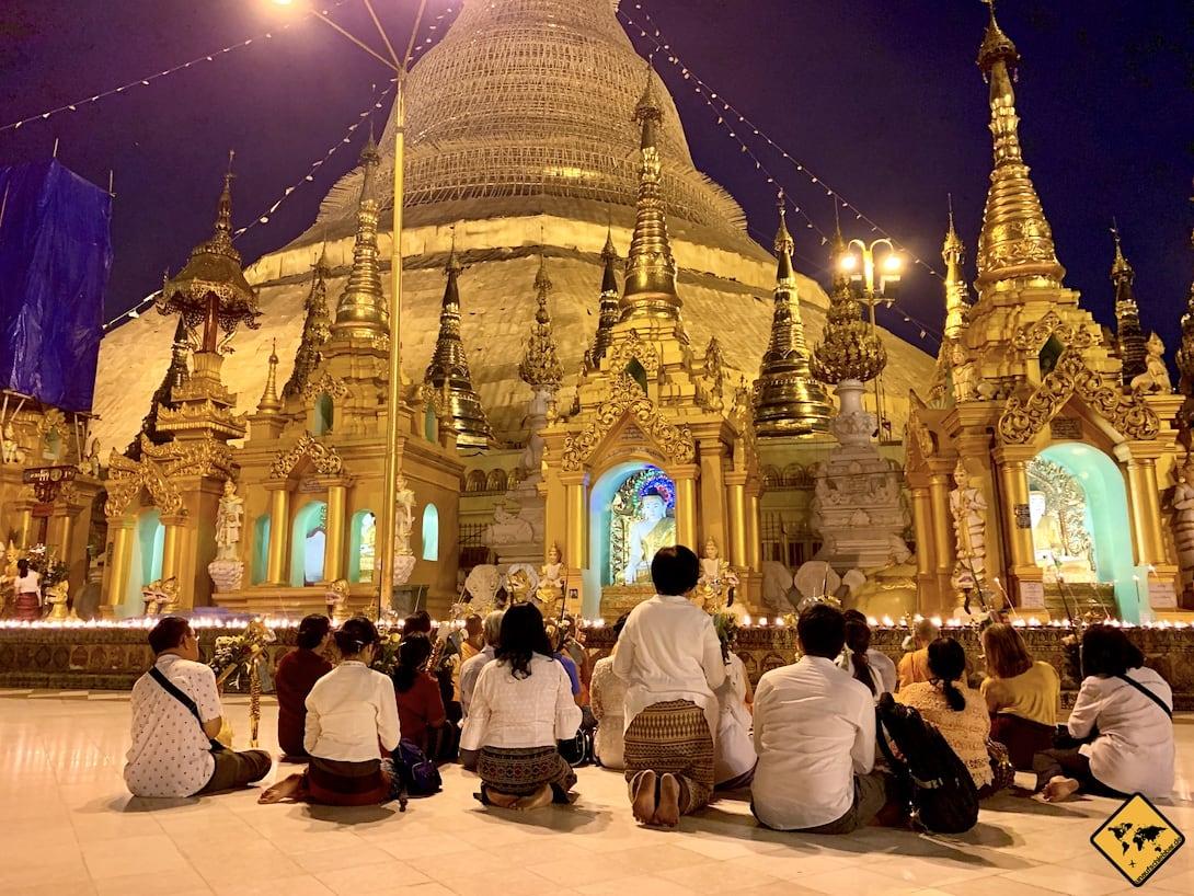 Betende Buddhisten Shwedagon Paya Yangon