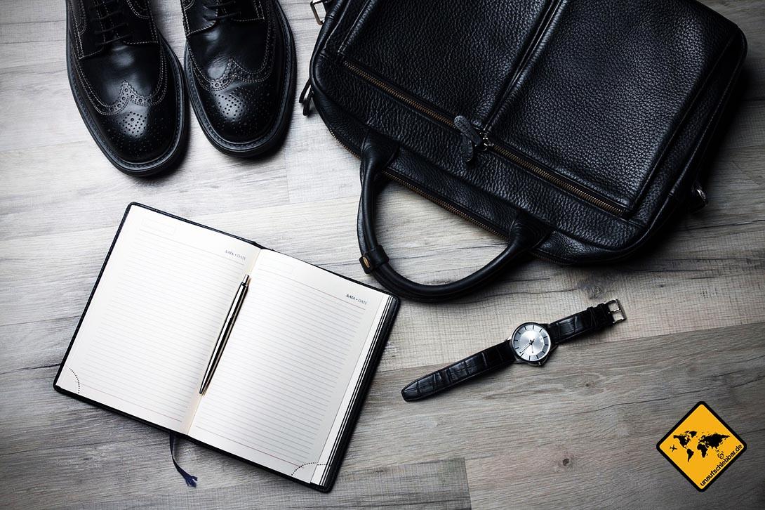 Geschäftsreise planen – Reisekoffer Gepäck, Uhr Schuhe, Tasche, Notizblock